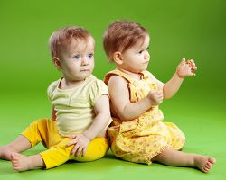 Развитие близнецов в первый год жизни