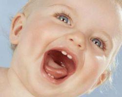 Режутся зубки: как молодым родителям распознать процесс и помочь малышу
