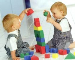 Как и какие игрушки покупать близнецам?