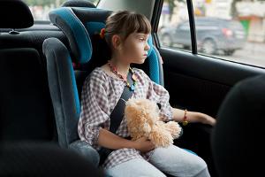 Укачивает ребенка в машине